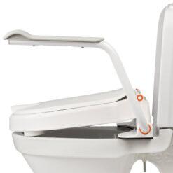 Produktbild från Etac - Artikelnummer 80301318-2 - Toalettsitshöjare Hiloo Snedställd